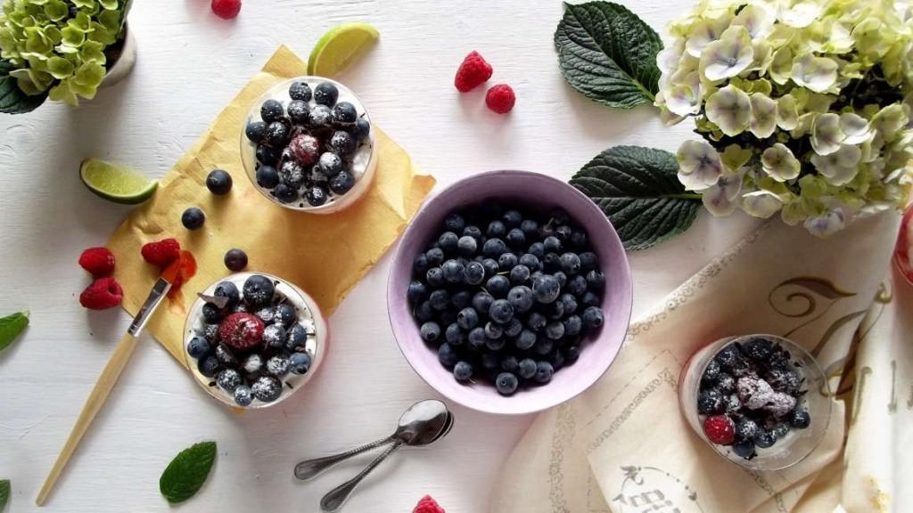 tiramisu estivo allo yogurt greco e frutti di bosco